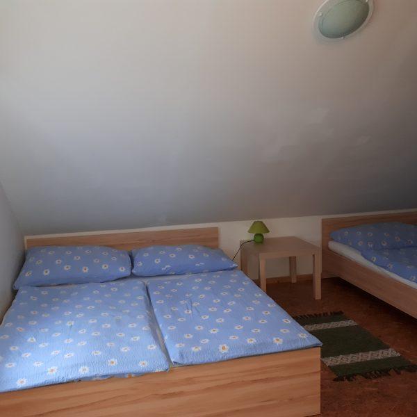 izba v podkroví s 5 lôžkami
